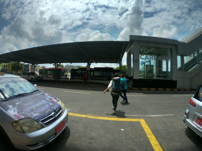 ヤンゴン空港の外
