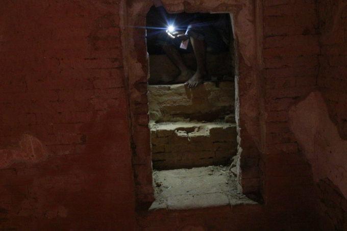 バガン遺跡の頂上へと登る階段