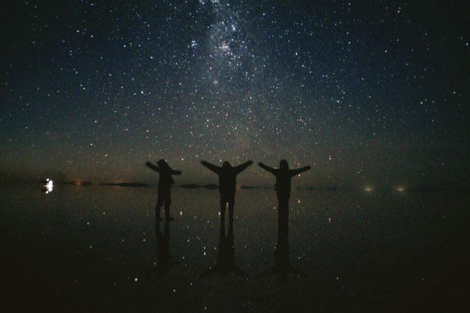 星空を見上げる写真