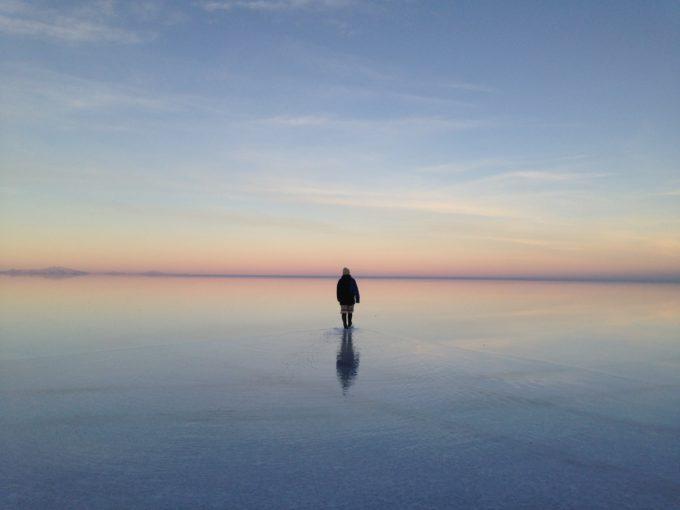 ウユニ塩湖を歩く後ろ姿